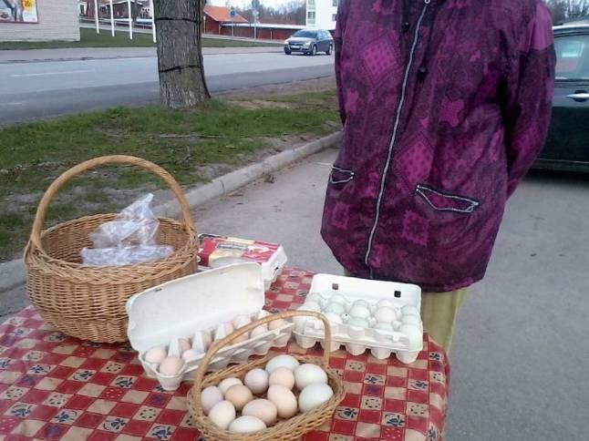 Pinfärska lokalproducerade ägg på torget i Rimforsa.